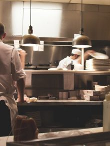 Quels sont les équipements professionnels indispensables dans une cuisine?
